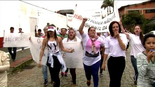 Funcionários da Peccin protestam e distribuem produto sob suspeita na Carne Fraca