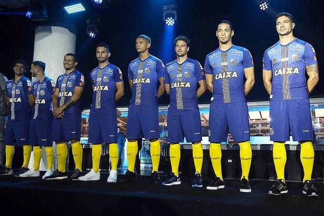 0f527d69be Santos lança novo uniforme (Foto  Pedro Ernesto Guerra Azevedo Santos ...
