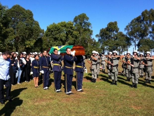 Corpo de piloto da aeronave que caiu matando o ex-jogador Fernandão, o coronel Milton Ananias, é enterrado em Goiânia, Goiás (Foto: Fernanda Trigueiro/TV Anhanguera)