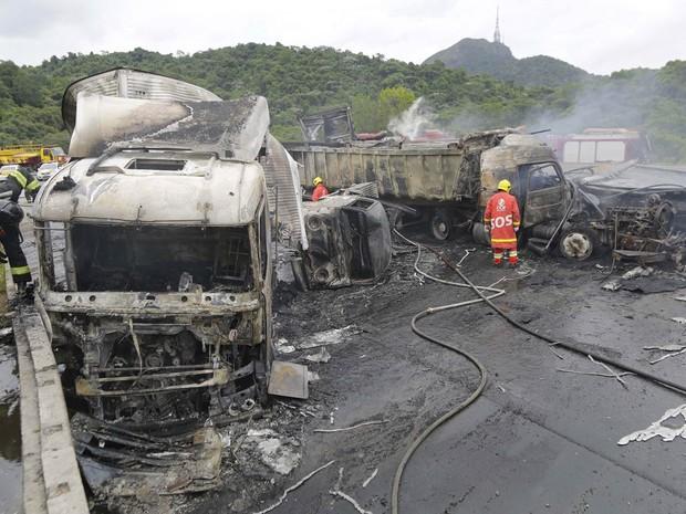 Um acidente envolvendo três caminhões e três carros causou a interdição da Rodovia Anhanguera no começo da tarde desta terça-feira (12). De acordo com o Corpo de Bombeiros, após a colisão, cinco veículos pegaram fogo. (Foto: Nelson Antoine/Fotoarena/Estadão Conteúdo)