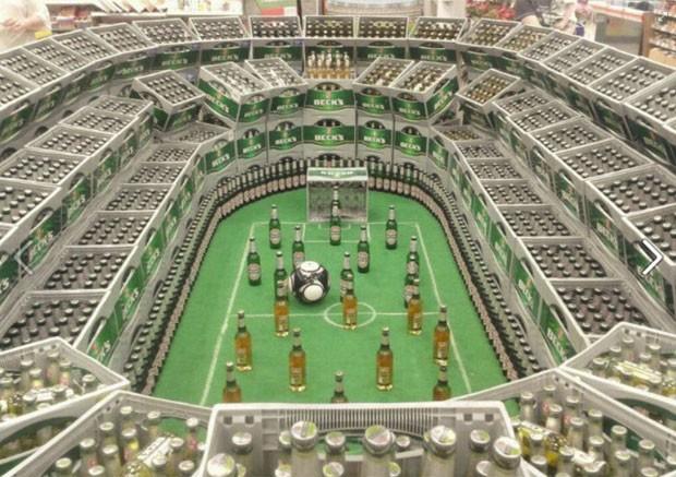 Foto de réplica de estádio construída com caixas de cerveja faz sucesso na web (Foto: Reprodução)
