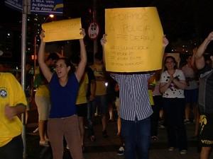 Protesto contra presidente Dilma Rousseff (PT) acontece em frente a Polícia Federal Goiânia Goiás (Foto: Reprodução/TV Anhanguera)