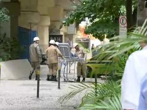 Ferido em explosão é retirado em maca (Foto: Reprodução/GloboNews)