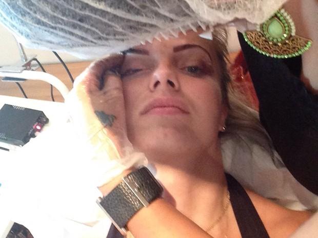 Veridiana Freitas cuida das sobrancelhas (Foto: Divulgação)