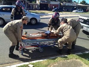 Homem com fratura exposta foi socorrido pelos Bombeiros  (Foto: Walter Paparazzo/G1)