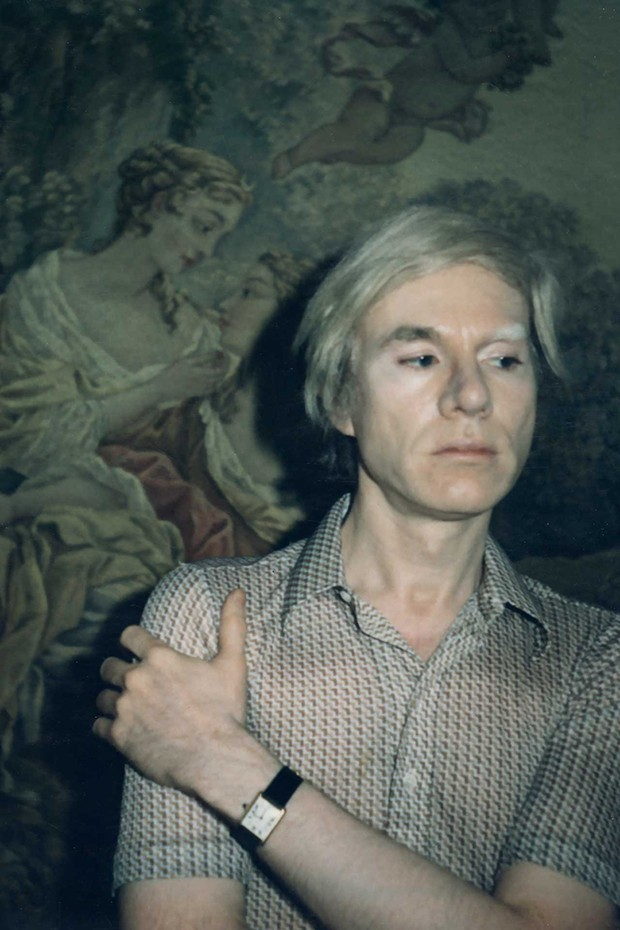 Andy Warhol wears a 'Tank' wristwatch by Cartier, 1970 (Foto: © THE ANDY WARHOL FOUNDATION FOR THE VISUAL ARTS INC)