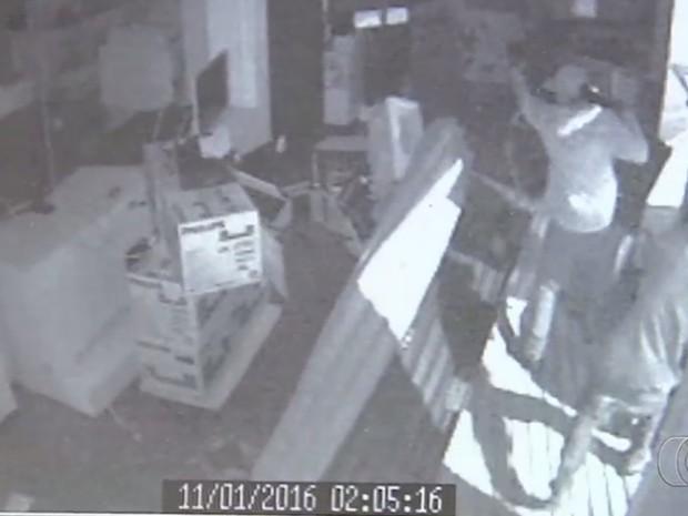Homens são vistos furtando itens de loja em Goiânia Goiás (Foto: Reprodução/ TV Anhanguera)