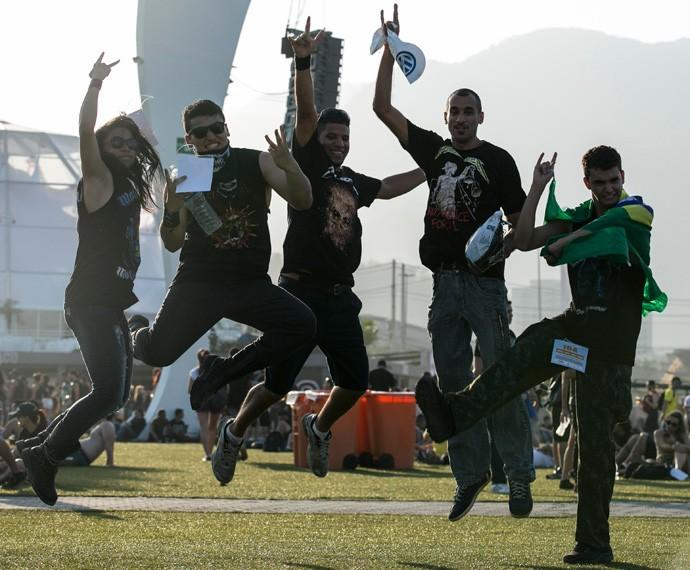 Amigos ao vento no gramado do Rock in Rio (Foto: Gshow)