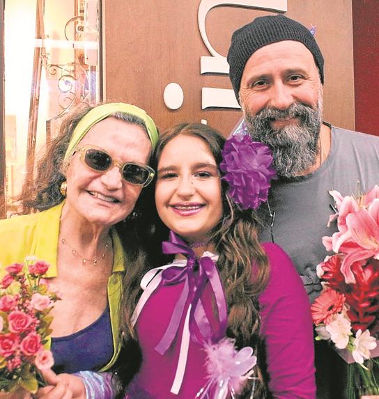 Sofia Mendonça entre a avó, Rosamaria Murtinho, e o pai, Mauro Mendonça Filho (Foto: Marcello Mesquita)