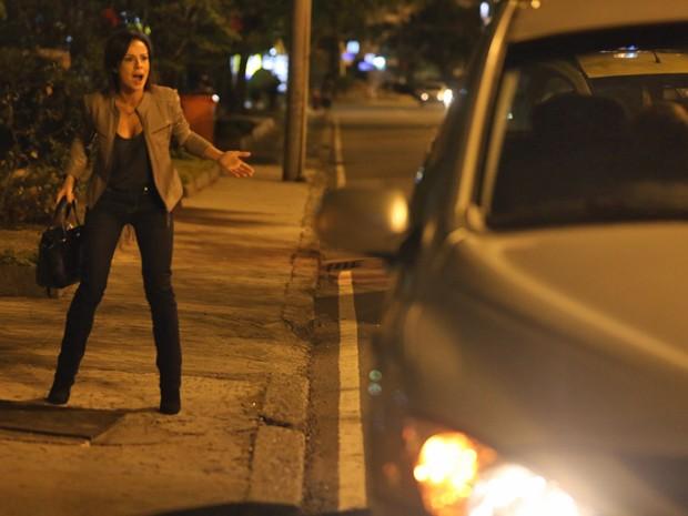 Clara corre atrás do carro, mas Josué foge (Foto: Pedro Curi/ Gshow)