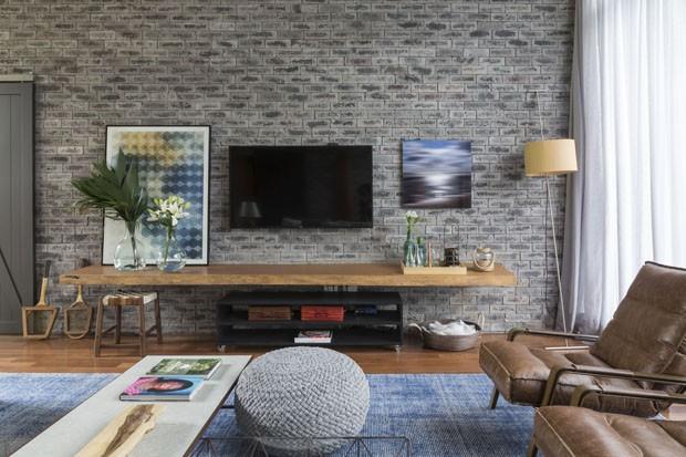 Chalé tem decoração com tijolinhos cinza e detalhes modernos (Foto: Divulgação)