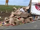Motorista fica preso nas ferragens após carreta tombar em rodovia