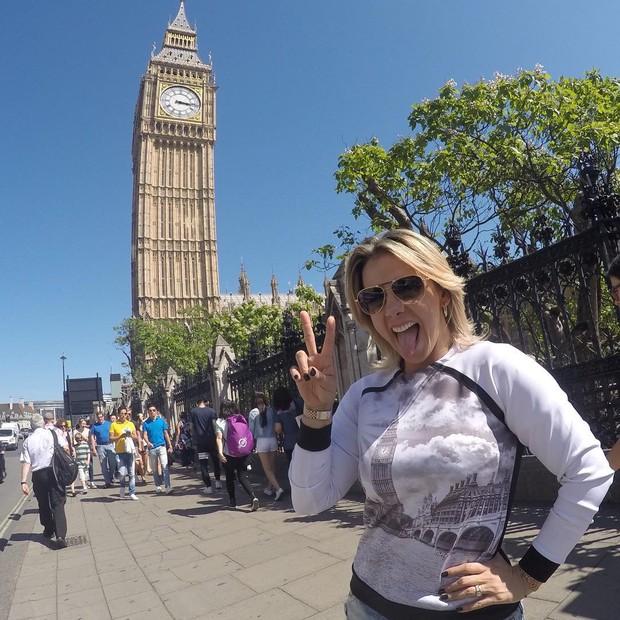 Carla Perez posa com Big Ben na camisa e ao fundo (Foto: Reprodução/Instagram)