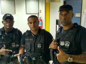 Fugitivo foi preso por Camilo, Rafael Freitas e Marcelo Marins, do grupamento especial da Guarda Municipal de Rio das Ostras (Foto: Divulgação/GM Rio das Ostras)