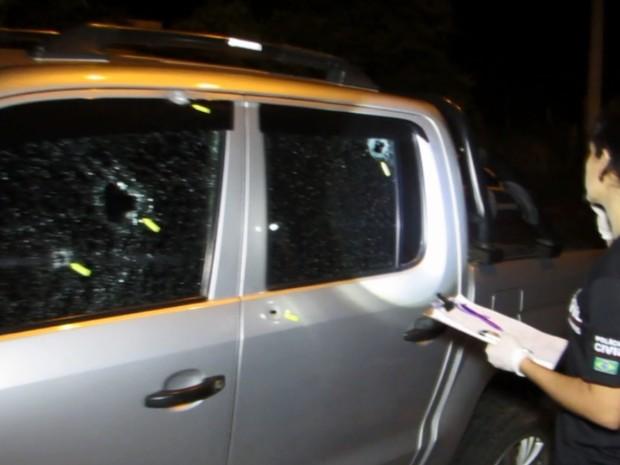 Carro de diretor do Presídio de Passos fica cheio de marcas de tiros (Foto: Reprodução EPTV)