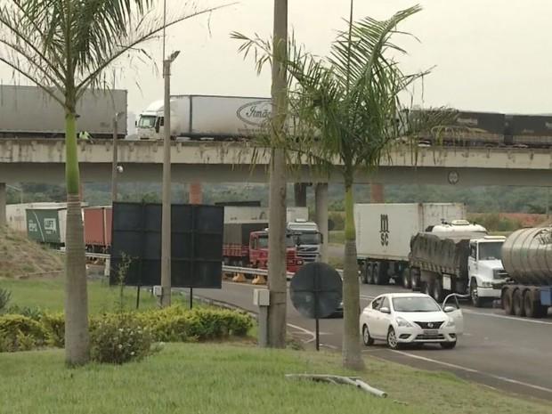 Congestionamento se formou no lado de Ourinhos  (Foto: Bob Rodrigues/ TV TEM)
