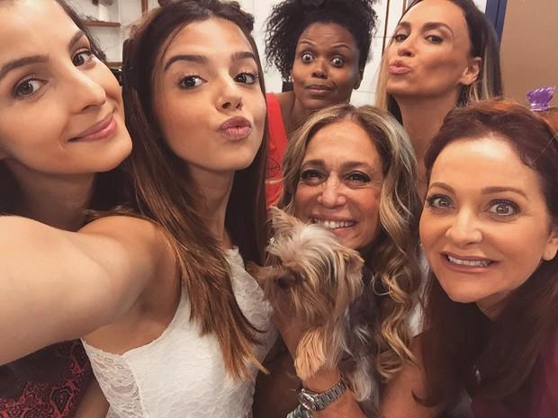 Giovanna Lancellotti faz selfie com atrizes de A Regra do Jogo (Foto: Reprodução / Instagram)