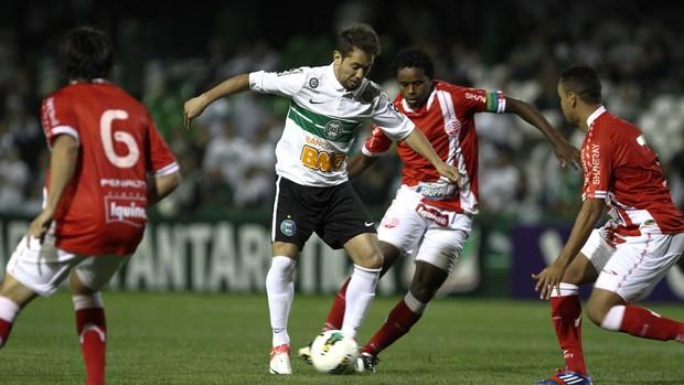 Everton Ribeiro do Coritiba e Josa do Náutico (Foto: Geraldo Bubniak / Ag. Estado)