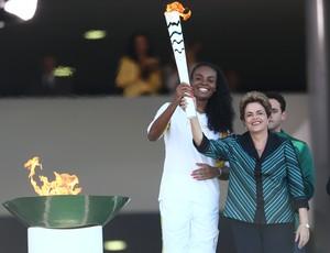 Dilma e Fabiana no revezamento da tocha olímpica em Brasília (Foto: Wilton Junior/Agência Estado)