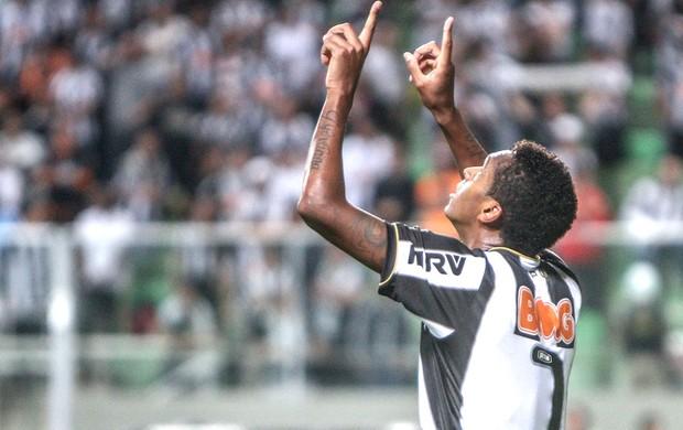 Jô comemora gol do Atlético-mg contra o Coritiba (Foto: Bruno Cantini)