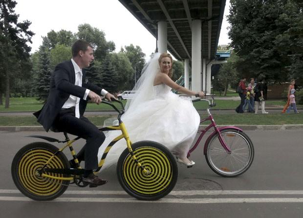 Casal russo Boris e Yelena Babkini celebrou o casamento andando de bicicleta (Foto: Gary Hershorn/Reuters)