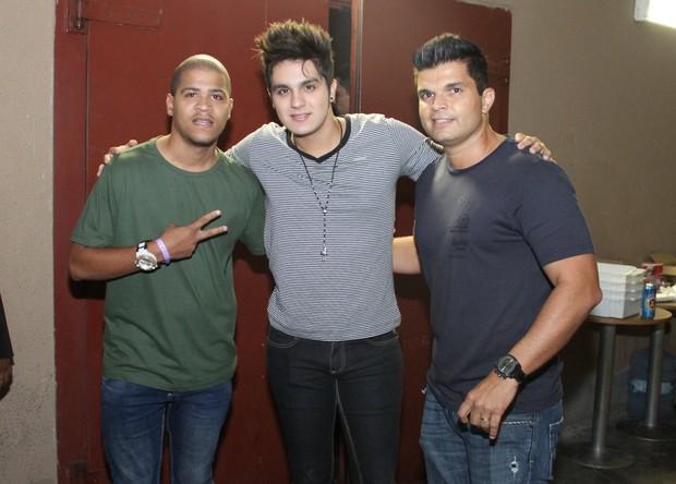 Luan Santana posa com amigos (Foto: Thyago Andrade/Foto Rio News)