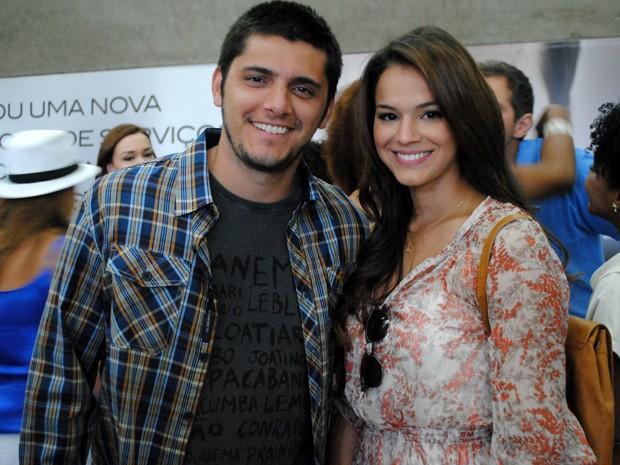 Bruna e Bruno posam para a foto no intervalo de gravação (Foto: Em Família/TV Globo)