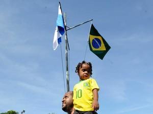 Moradores comemoram ocupação da Maré, no Rio (Foto: Alexandre Durão/ G1)