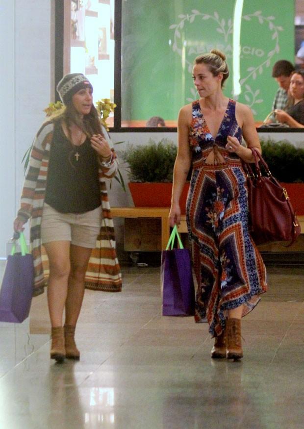 Depois das compras, Paolla passeou pelo shopping com uma amiga (Foto: AgNews)