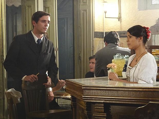 Gilda não sabe o que fazer com a investida dos dois rapazes (Foto: Lado a Lado / TV Globo)