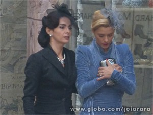 Iolanda vai com Laura penhorar colar para dar dinheiro a Venceslau (Foto: Fábio Rocha/ TV Globo)