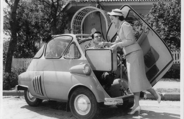 Eva Wilma e John Herbert em propaganda do Romi-Isetta (Foto:  Fundação Romi/Divulgação)