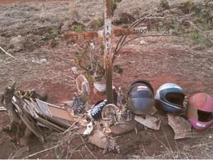 Motociclista e garupa mortos em atropelamento são homenageados (Foto: Reprodução/EPTV)