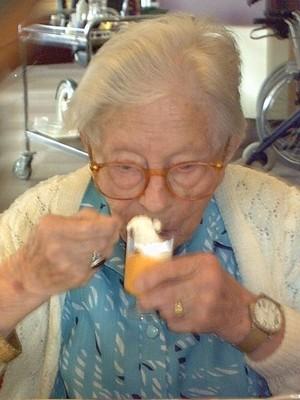 A centenária Hendrikje van Andel-Schipper. Antes de morrer, ela concordou em deixar seu corpo para estudos. Seu sangue ajudou cientistas a entender porque envelhecemos e morremos (Foto: Wikipedia )