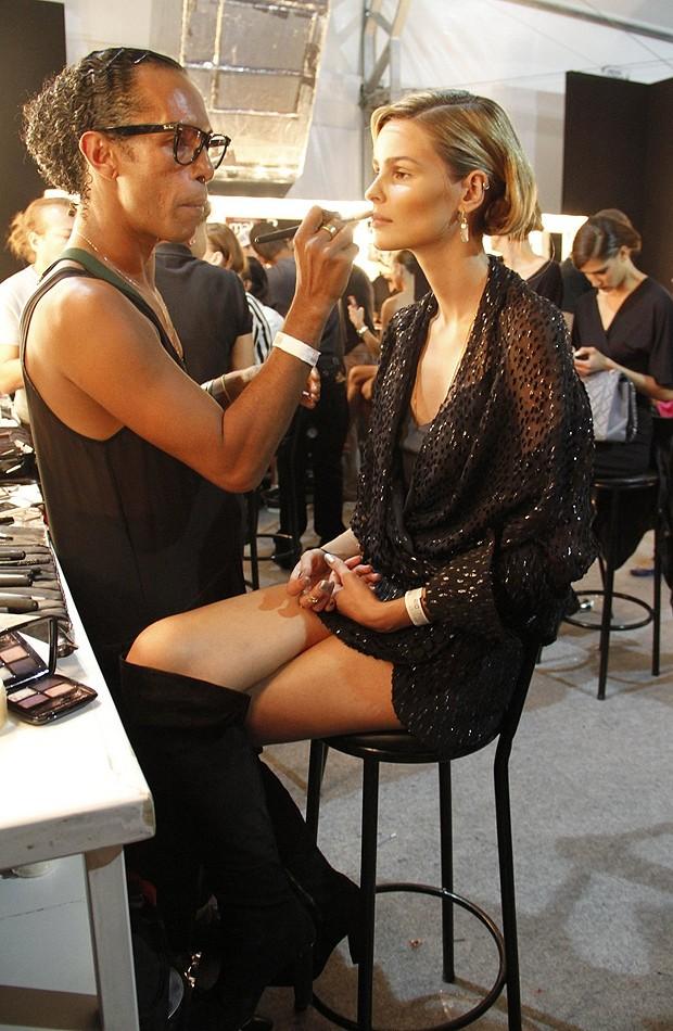 Yasmin Brunet é maquiada por Max Weber (Foto: Foto Rio News)