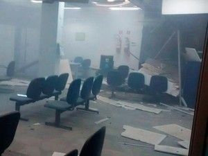 Bandidos utilizaram explosivos para arrombar caixas (Foto: Marcelo Oliveira/Arquivo pessoal)