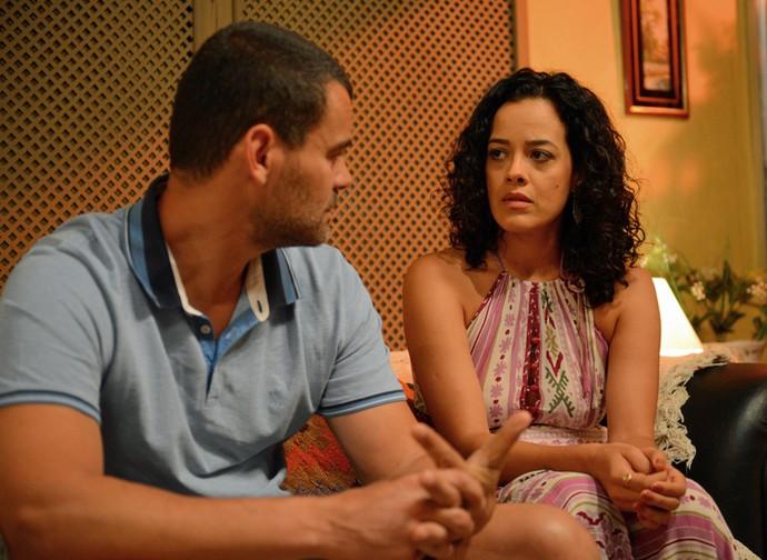 Domingas diz a César que ela está sendo sua fuga da realidade, e o bonitão pergunta se ela quer que ele vá embora (Foto: Pedro Carrilho / Gshow)