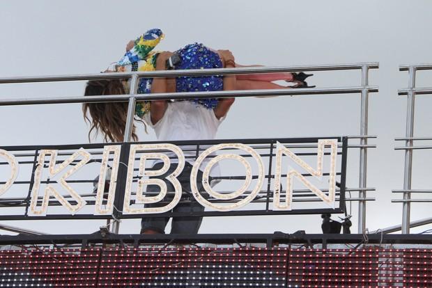 Caio Castro seguran colo  Aline Rosa da banda Cheiro de Amor em Salvador (Foto: Dilson Silva  / Agnews)