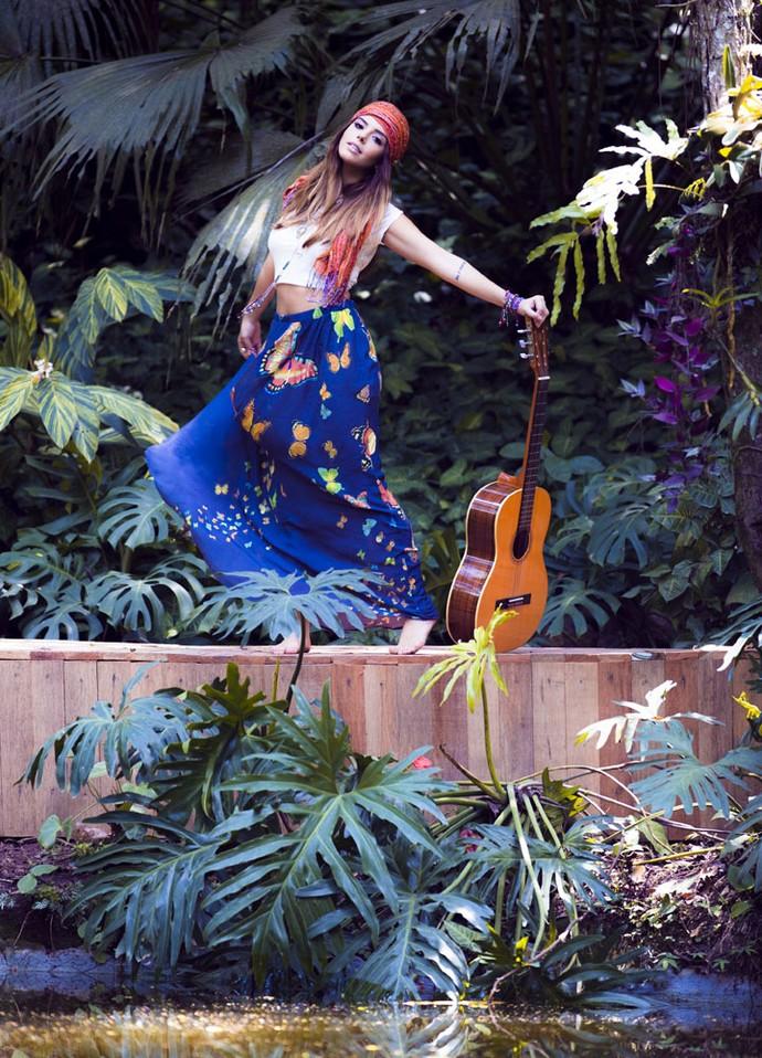 Envolvida de borboletas, música e muito verde, Giovanna esbanja charme para as lentes do Gshow (Foto: Ellen Soares/ Gshow)