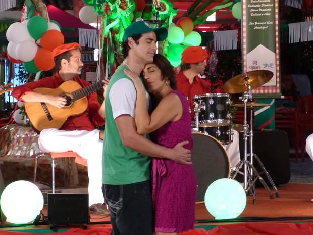 Nando e Roberta dançando agarradinhos (Foto: Guerra dos Sexos/TV Globo)
