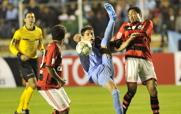 Nelson Cabrera e Hernane, Bolivar x Flamengo (Foto: AFP)