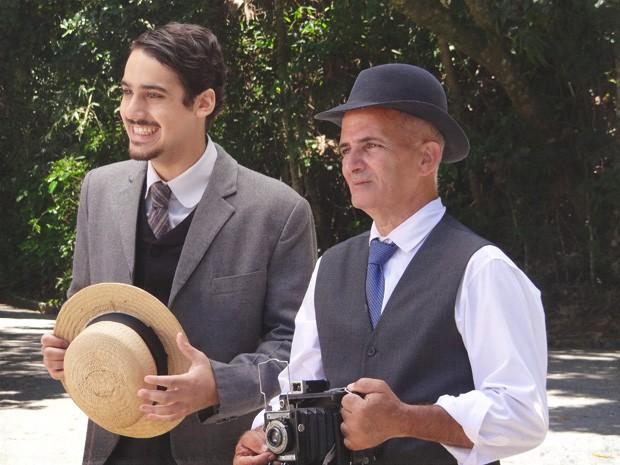 Jonas aparece com fotógrafo (Foto: Lado a Lado/TV Globo)