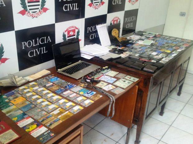 Dupla foi presa com diversos documentos falsos em Santos (Foto: Divulgação/Polícia Militar)