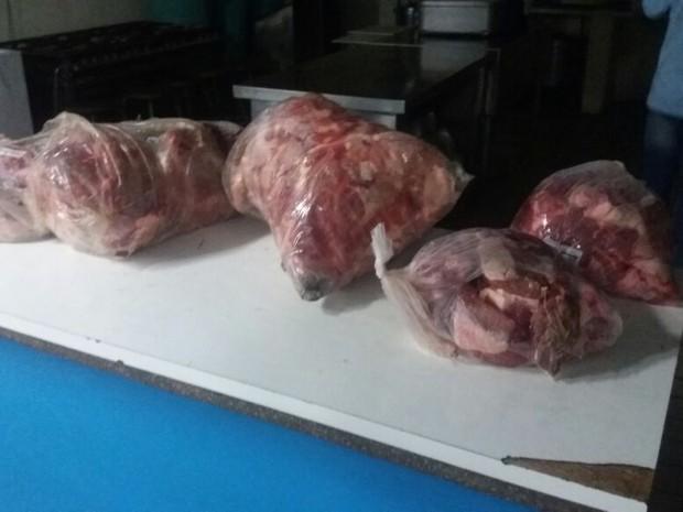 Vários pacotes de carne foram apreendidos (Foto: PM/Divulgação)