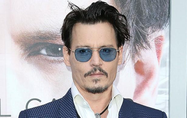 Johnny Depp foi, desde o início da carreira, reconhecido como um bom ator. Ele costumava ir aos grandes eventos vestindo roupas casuais, ajeitado num blazer, e só. Hoje, cinquentão e apontado como um dos homens mais sensuais do planeta, ele usa modelitos que lembram os personagens excêntricos que interpreta. Será que Tim Burton dirige também o guarda-roupa de Depp? (Foto: Getty Images)