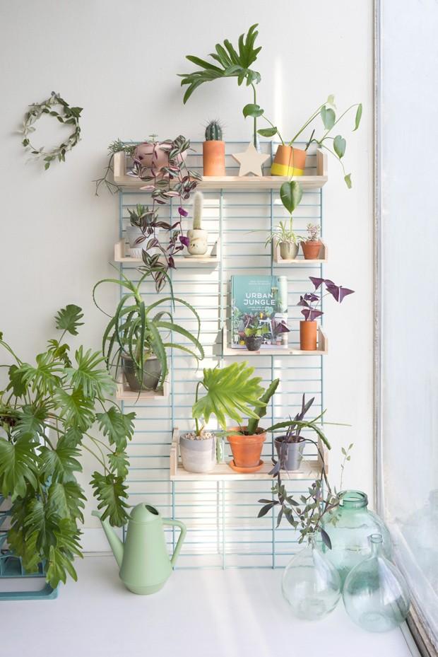 Outra maneira de investir em um jardim vertical é instalar prateleiras. A dica é de Judith (Foto: Judith de Graaff | JOELIX.com)