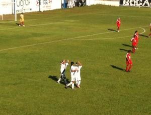 Jogadoras mixtenses comemoram o primeiro gol da equipe (Foto: Lucas de Senna/TV Centro América)