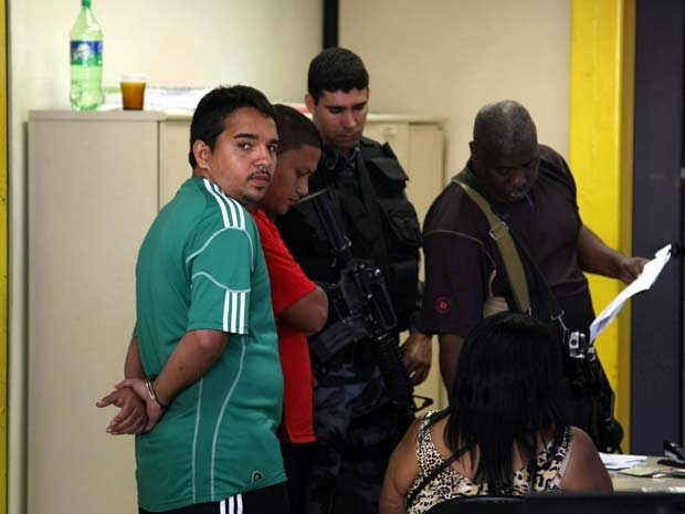 De camisa verde, Playboy, que seria chefe do tráfico do Caju (Foto: Eduardo Naddar / Agência O Globo)