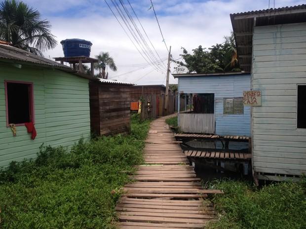 Vítima mora em uma área de ponte no bairro Pacoval, Zona Norte de Macapá (Foto: Abinoan Santiago/G1)