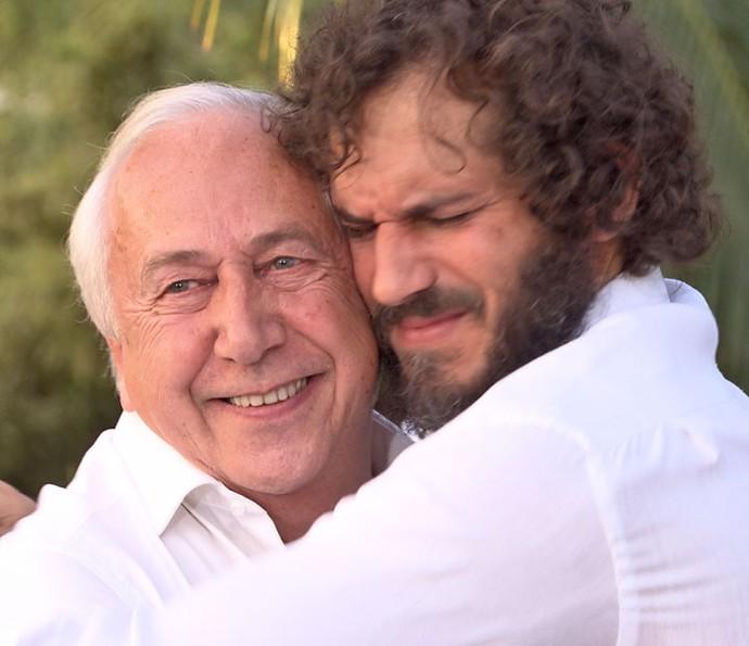 Paulo se emociona com a surpresa do pai (Foto: TV Globo)